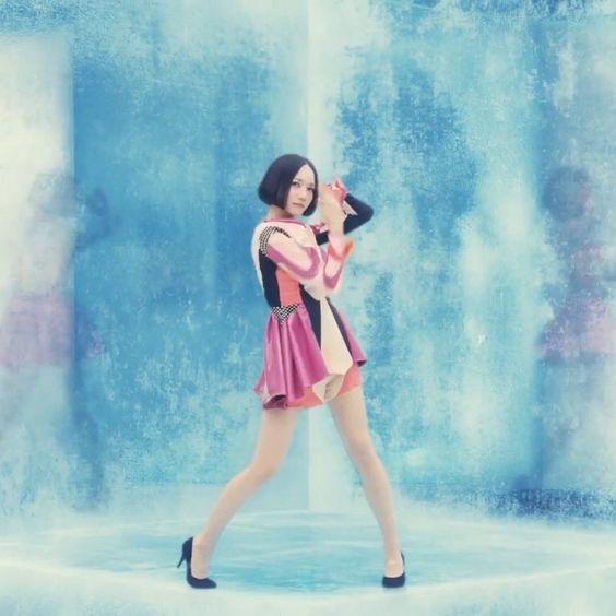 ピンクの衣装を着て踊っているのっち
