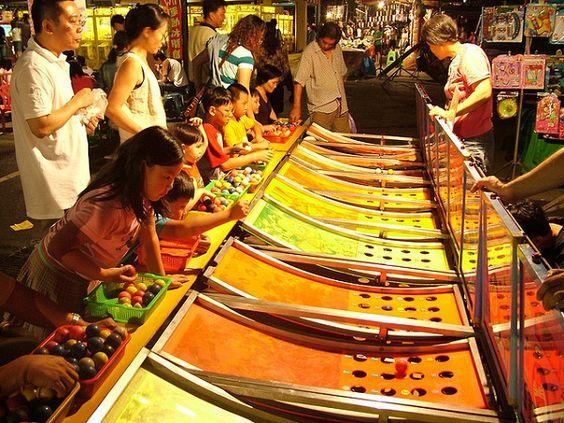 Chợ đêm Liuhe đông đúc với nhiều trò giải trí