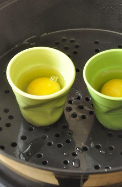Oeufs pochés à la vapeur Jamais je n'aurais pensé que l'on puisse faire cuire des œufs pochés à la vapeur. Je suis une adepte de cette cuisson de l'œuf. Le blanc cuit mais encore souple, le jaune qui coule sur une tartine de pain grillé ou sur une salade de...