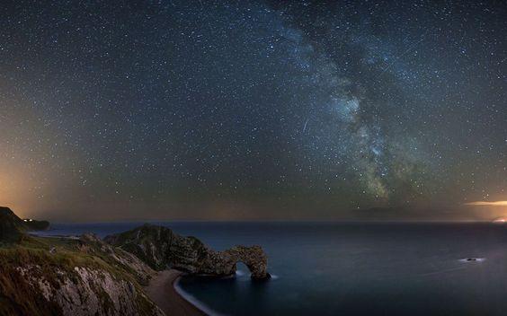 La Vía láctea desde la costa de Dorset, Inglaterra. http://www.eluniversohoy.com/0121018-vialactea-inglaterra.php#