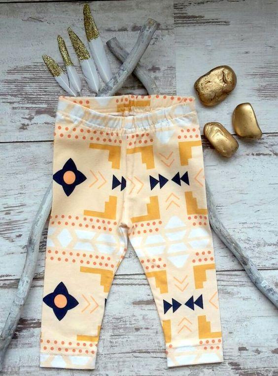 Die süße Leggings für kleine Indianermädchen mit dem auffälligen Ethnomuster macht jedes Outfit zu einem absoluten Hingucker. Das Material ist angenehm weich und bietet durch das Gummizugband eine...