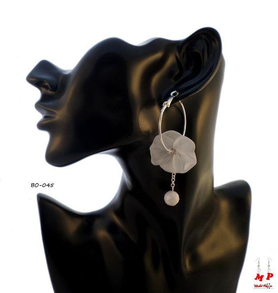 Boucles d'oreilles anneaux argentés de 3,3cm avec une fleur blanche.