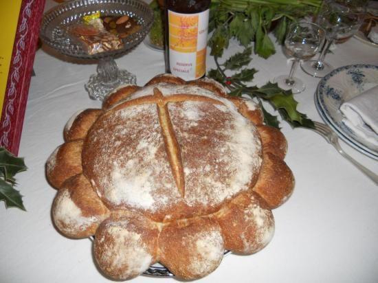Selon la tradition provençale, la table du soir de Noël doit être dressée à l'aide de trois nappes blanches ; y figurent trois chandeliers, trois « sietoun » de blé, puis, au-dessus de tout, le grand pain calendal - « lou pan Calendaù » - fait de pure...: