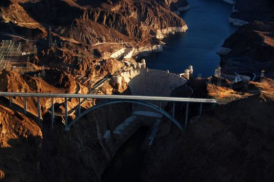 10 Great American Vacation Destinations for Nature Lovers : Boating on Lake Mead and observing the Hoover Damn.