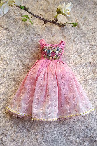 Precioso vestido rosa estilo princesa con motivo floral bordado para BJD