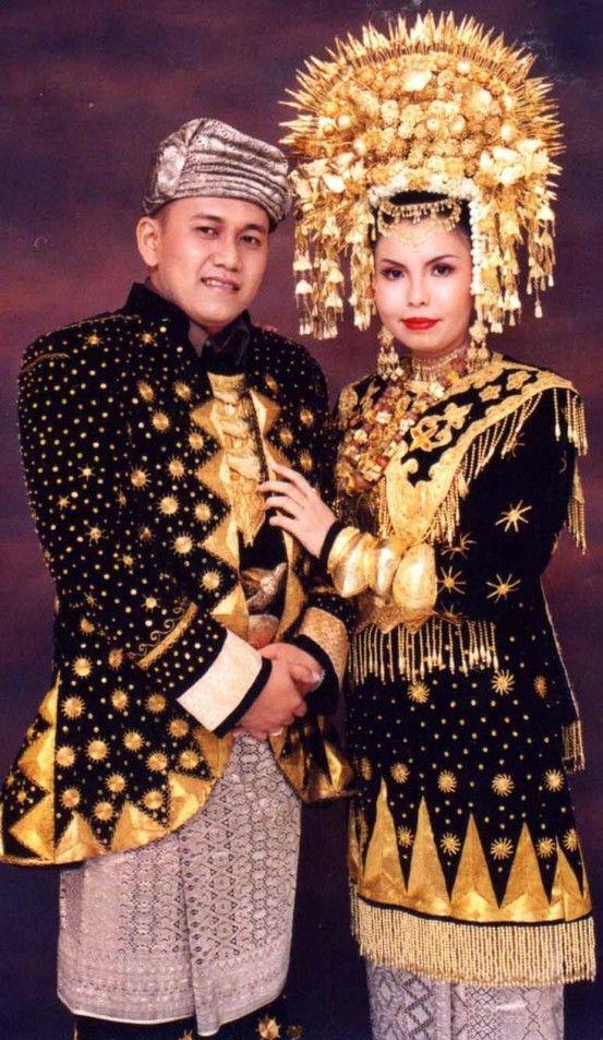 Традиционни сватбени костюми от Паданг Западна Суматра