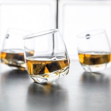 Grâce à la forme conique de leur base, les verres à Whisky toupie vont effectuer un roulement délicat jusqu'à immobilisation, en légère inclination.:
