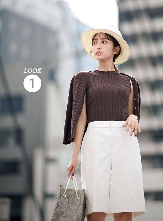 ホワイトのスカートの堀田茜