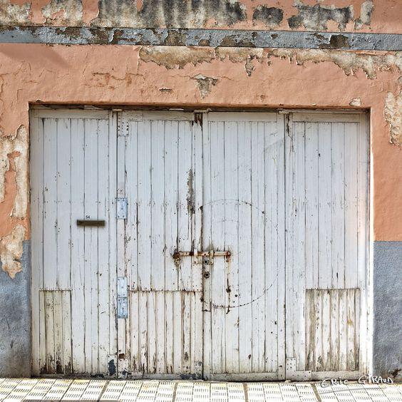 The white garage door La puerta de garaje blanca La porte de garage blanche