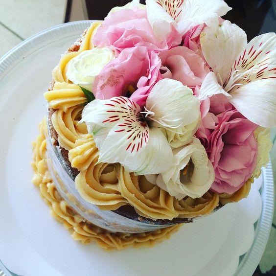 Mini bolo de coco com baunilha hoje para uma queridaaa!!! @isadorabacelar.r!!Feito com todo carinho do mundo para a celebração do aniversário de casamento deles!!! #juniafranco #cakeforyou #feitocomamor #nakedcake #nakedflower #pastry#confeitariacriativa #confeitaria #patissier #festejandoemcasa #encomendas #salvador#ideiasdebolosefestas