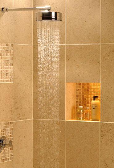 El azulejo del ba o y el nicho con peque os cuadrados de - Banos cuadrados con ducha ...