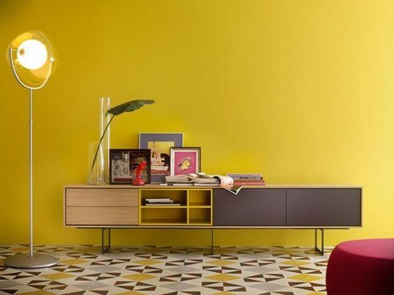 senf gelbe Wand Kommode lang Schiebetüren Regale Wohnzimmer