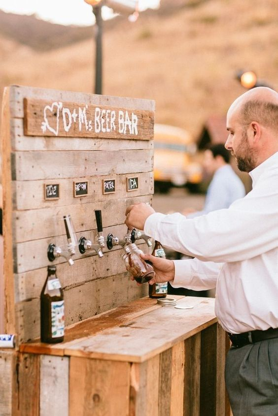 Was für eine coole Bier-Bar! Sie ist rustikal und romantisch zugleich und mit Sicherheit der Hingucker auf der Hochzeit! #beer #bar #drinks #wedding #weddinginspiration #decor #weddingdecoration