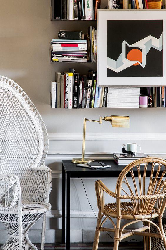 Ricas en fibras - AD España, © César Segarra Silla de mimbre y silla modelo Emmanuelle en blanco compradas en un mercadillo en la Costa Brava. Foto César Segarra