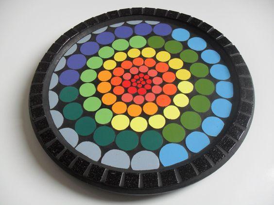Centro giratório para mesa. <br>Com azulejos específicos para mosaico em mdf. <br>Para uso interno,não expor a umidade e calor. <br>Diâmetro 35 cm.