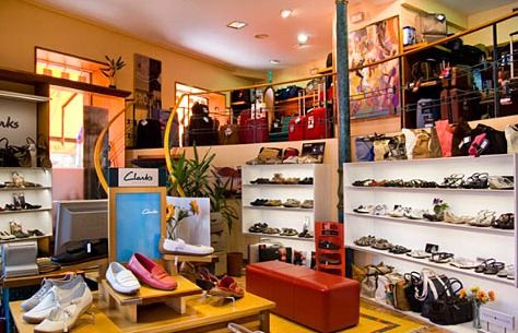 FROJAN casual&confort en Cambados. Aquí encontrarás cómodos zapatos Clarks para hombre, zapatos Clarks de mujer, maletas Samsonite para tus viajes y maletas de cabina para Low Cost.