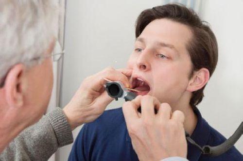 Bác sĩ thăm khám chữa bệnh viêm họng