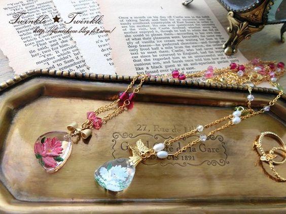 西ドイツのヴィンテージガラスをトップに使ったネックレスです。インタリオ(沈み掘り)という技法を使って彫られたお花が愛らしいです。よく見ると、少し浮き出て見えま...|ハンドメイド、手作り、手仕事品の通販・販売・購入ならCreema。