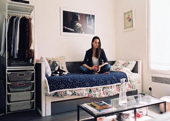 """Las """"chambre de bonne"""", o habitaciones para la servidumbre, son espacios pequeños que están en los pisos de hasta arriba de los edificios y que ahora están divididos en varios departamentos de una sola pieza."""