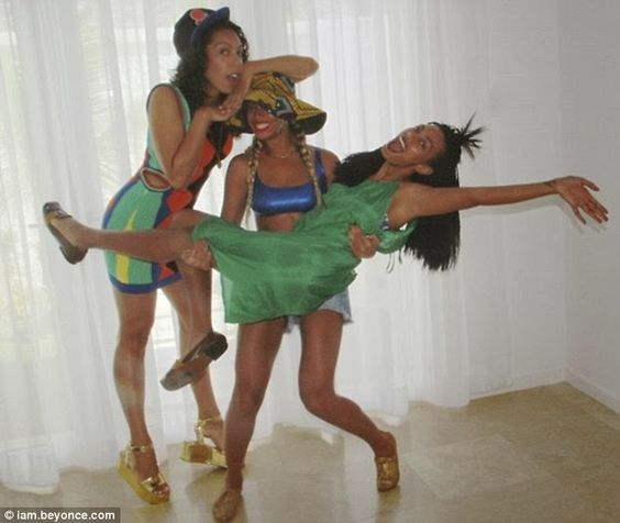 Beyoncé lifting up her sister Solange while on vacation In Jamaica