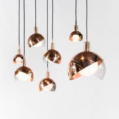 Dan Yeffet a imaginé, pour Wonderglass, un nouveau luminaire suspendu mariant cuivre poli et verre fumé soufflé à la main.