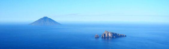 Panoramica su Stromboli e Basiluzzo. Foto scattata da Pizzo Corvo, Panarea .