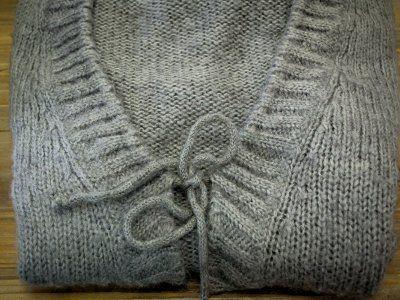 Cómo quitar bolitas de los suéteres | Sigue este súper secreto para quitar las bolitas de manera fácil y económica y que tus prendas luzcan siempre como nuevas. Algunas telas suelen ser muy delicadas a la fricción del cuerpo o al roce de otras prendas, como los suéteres, lo que provoca que la ropa se llene de pelusitas, aprende cómo quitar las bolitas de los suéteres.