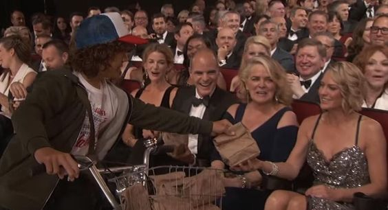 Jimmy Kimmel Had The 'Stranger Things' Kids Hand Out His Mom's PB&Js At The Emmys - Mira la publicación completa en mi página de Facebook El Mundo del Cine. Peliculas fotos trailers y videos: http://www.facebook.com/pages/p/162823677109293  - Mas fotos y publicación completa en: https://cine-mundoalegre.blogspot.com/2016/09/jimmy-kimmel-had-stranger-things-kids_19.html