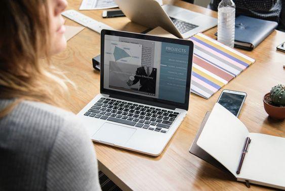 Mujer Trabajando con una laptop y cuya imagen digital es importante