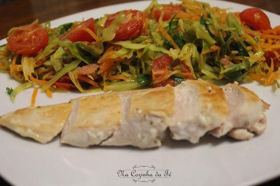Na Cozinha da Té: Salada de couve com peito de frango grelhado   Não...