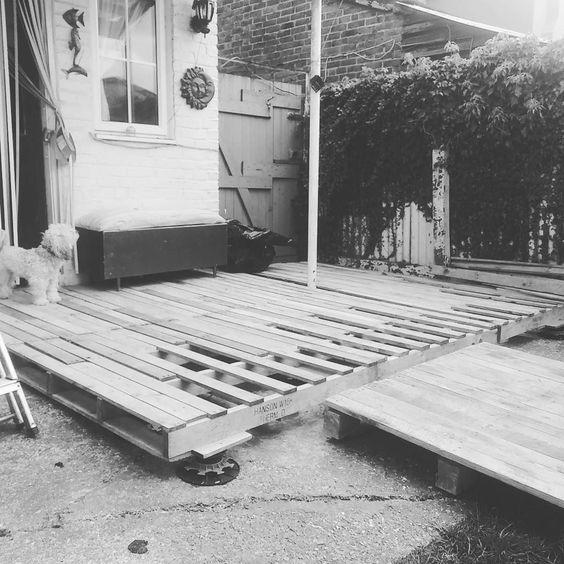 Making myself a deck. I think it looks pretty good. #dog #decking #decklife #pallets #palletdeck #rustic #cute #gardening #garden #reuse #reclaimedwood #woodwork #sweating #pooped #jobwelldone #workinprogress de percythinks
