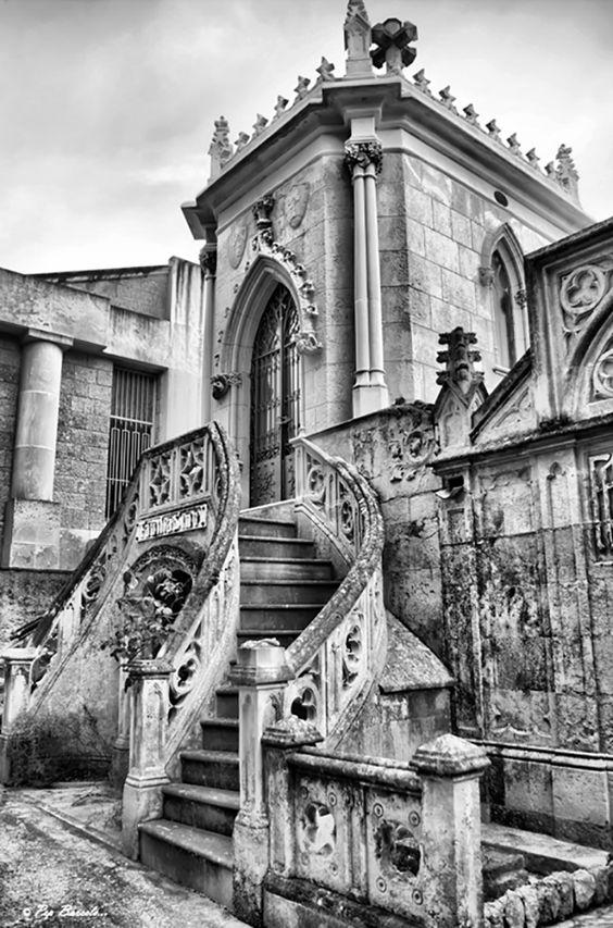 Panteón familiar, cementerio parroquial de Sa Vileta (Palma de Mallorca) Blanco y negro + proceso HDR.
