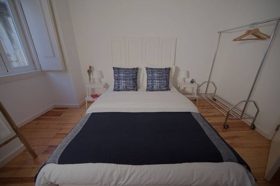 Apartamento em Lisboa, Portugal. A Beautiful and cozy apartment in the center of Lisbon, next to the main lisbon avenue, Avenida da Liberdade. A quiet and typical neighborhood that gives you the perfect experience of how good is to live in Lisbon.  Owners live nearby.  - Rossio (...