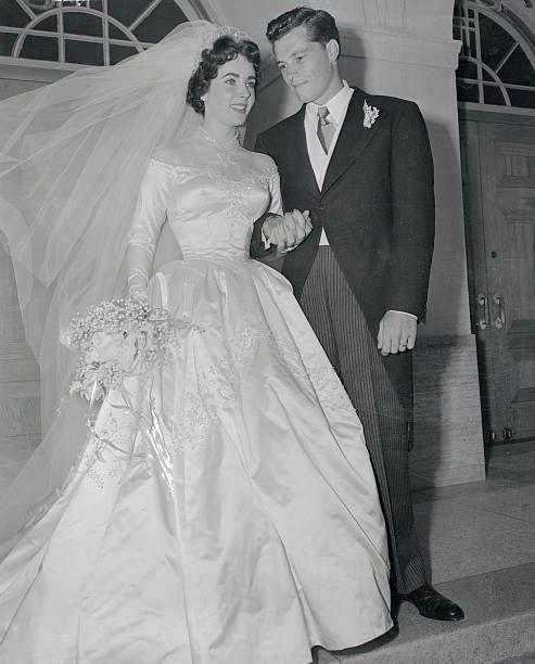 Mr And Mrs Conrad Nicholson Hilton Jr Stand On The Steps Of The Church Of The Good Shepherd After Their Wedding Hochzeitsfeier Ideen Braut Kleid Hochzeit