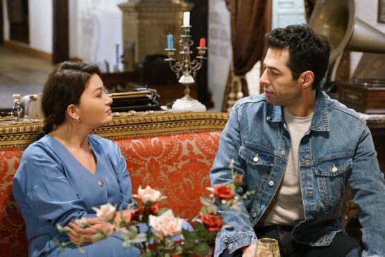 مسلسل الكفارة تدور قصة المسلسل التركي الكفارة حول التكفير الذي دفعته زينب عندما تغيرت حياتها الشبيهة بالأحلام في لحظة مفاجئة نو In 2021 Talk Show Scenes Denim Jacket