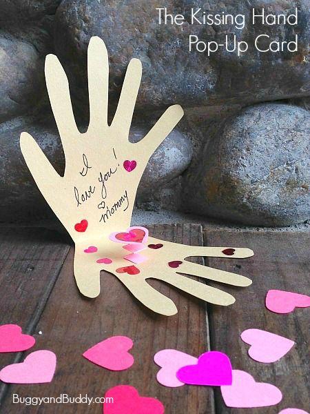 Carte pour la fête des mères avec une empreinte de main et des gommets en forme de coeur