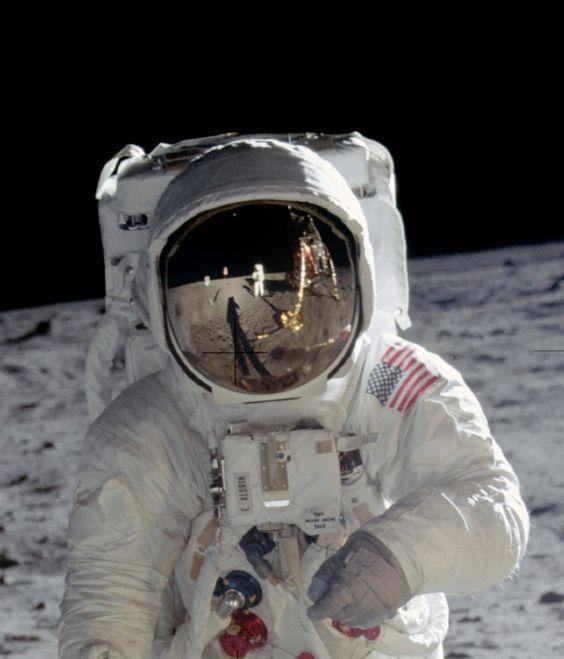ドアップの宇宙飛行士と月面