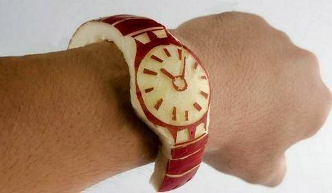 El reloj manzana: la burla de un japonés al #AppleWatch arrasa en Twitter http://www.techminology.com/burla-apple-watch/5157… pic.twitter.com/0p1cqgfNtB
