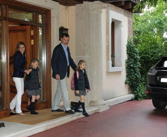 Letizia e Felipe celebram 10 anos de casados levando as filhas ao colégio #letizia #felipe