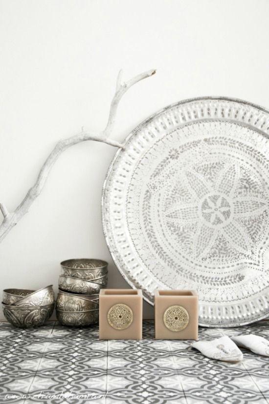 De moderne Marokkaanse stijl is licht en wit. Met sfeervolle accessoires zoals een dienblad, poef of filigrain lamp haal je de oosterse sfeer in huis.