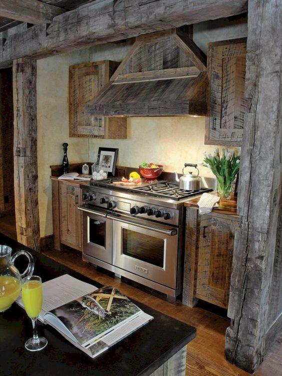 Mur de poêle à poutres en bois naturel , 32 façons charmantes d'ajouter du bois récupéré à votre cuisine et de créer un espace magnifique