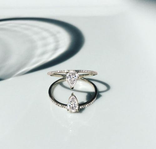 Bague Chamber Pear Diamond Kat Kim en or jaune, diamants taille brillant et diamants taille poire