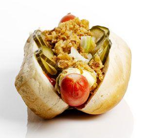 Der dänische Hot Dog - In Deutschland wegen der Zusätze in der Røde pølser verboten, aber LECKER. Die zentralen Zutaten: Röstzwiebeln und süßsauer eingelegte Gurken