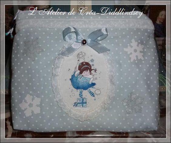 """V oici une nouvelle jolie trousse en tissu un peu plus grande que la première et aux couleurs de l'hiver, bleu glacé créée et cousue par mon amie Les Lutins Orange, et décorée par moi-même d'un jolie tampon """"Nellie Snellen"""" peint à la main avec la super..."""