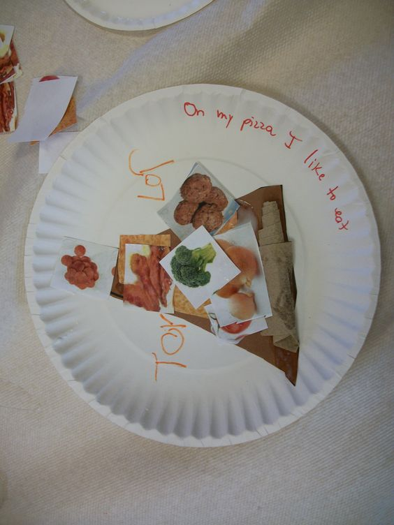 Pizza craft paper plate kids cut out triangle out of for Things to make out of construction paper