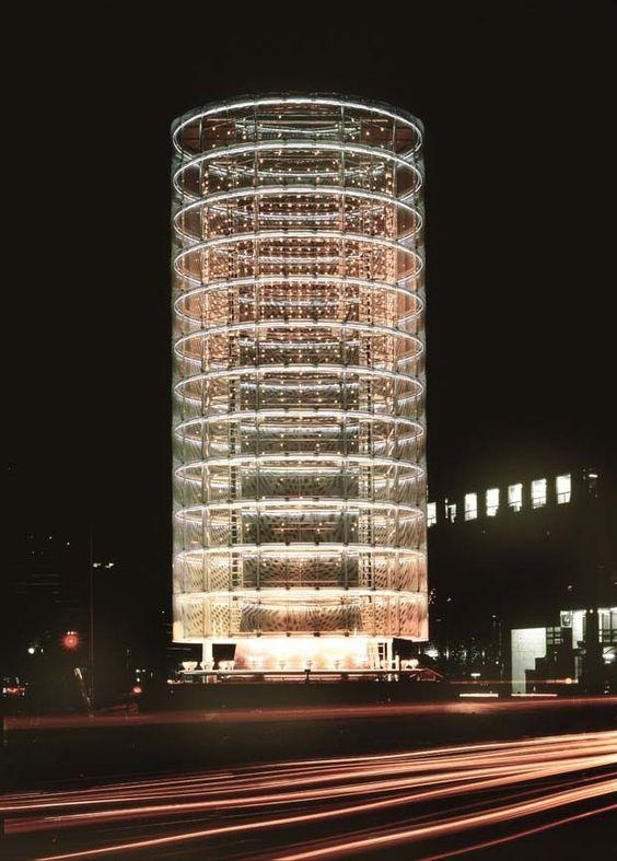 """Torre dos Ventos,Yokohama-shi, Kanagawa, Japão, 1986, do arquiteto japonês Toyo Ito que foi laureado com o prêmio Pritzker 2013 por sua produção dita """"atemporal""""."""
