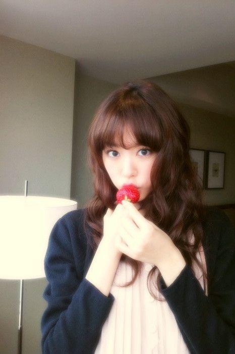 イチゴを食べる桐谷美玲
