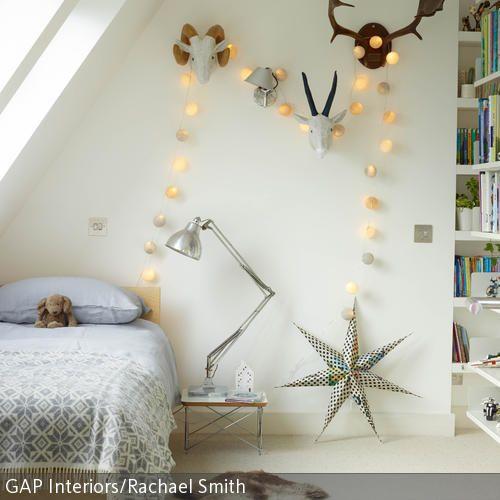 Das Kinderzimmer erhält durch die Lichterkette als Wanddeko und den Fellteppich vor dem Bett eine gemütliche Atmosphäre. Weitere Dekorationen, wie die …