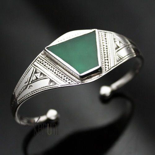 Bracelet touareg, réglable, en argent gravé et agate verte en forme de triangle.Matières : argent et agateDimensions : 2.5 cm large . Taille de la pierre : 2 cm environOrigine : artisan touareg d'Agadez, Niger