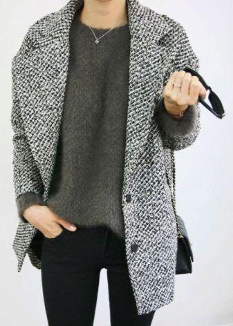 Женское пальто-кокон привлекает внимание своей практичностью, привлекательностью и комфортом. Что такое пальто в стиле кокон, какие модели существуют и с чем их можно носить, кому подходит пальто, как создать модный образ, чтобы выглядеть неповторимо?